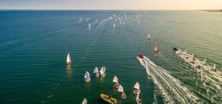 drone foto van een botenrace