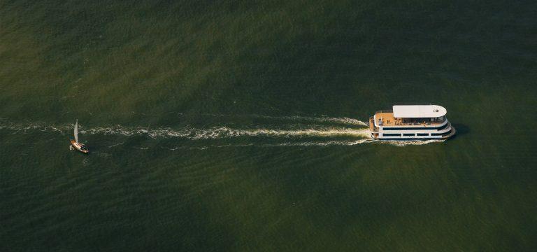 drone foto van twee boten