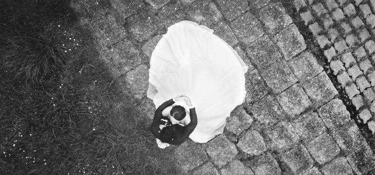 drone foto van een bruidspaar