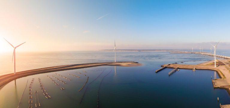 drone foto van de deltawerken en windmolens