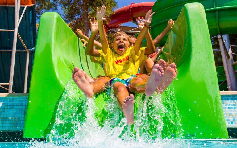 evenement fotografie van kinderen op een waterglijbaan