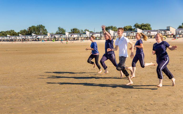 evenement fotografie van jongeren die richting de zee rennen