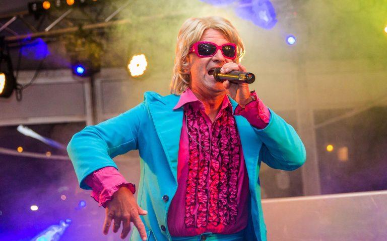 evenement fotografie van een zanger op een feest