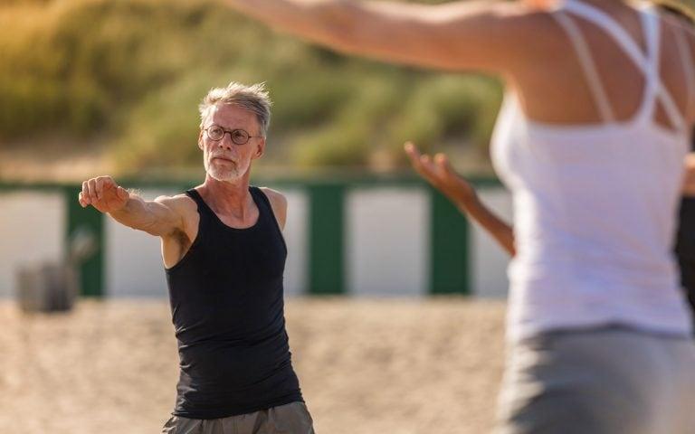 evenement fotografie van een man die yoga beoefend