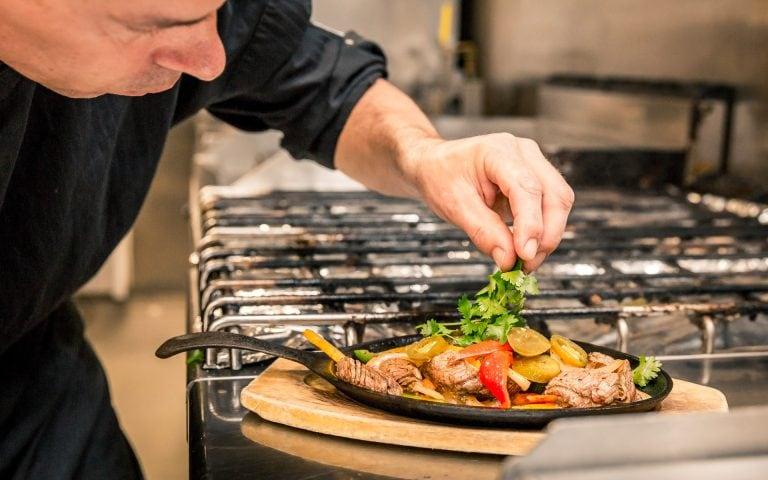 voedsel fotografie van een kok met een gerecht