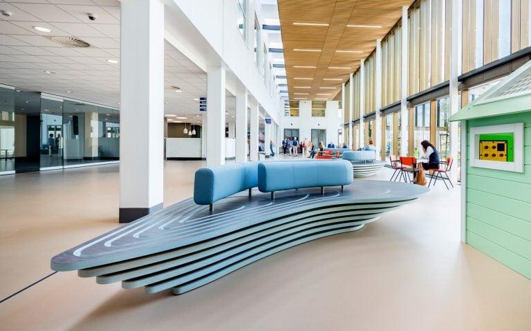 Interieurfoto van een bank in een ziekenhuis