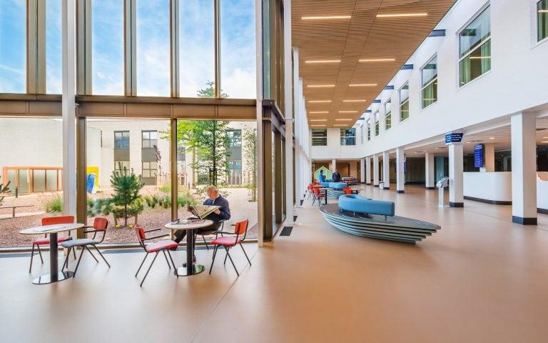 Interieurfoto van een entree van een ziekenhuis