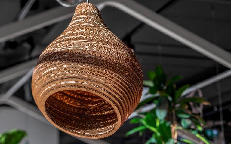 Interieurfoto van een kartonnen lamp