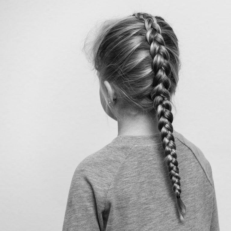 portret van een meisje met een vlecht