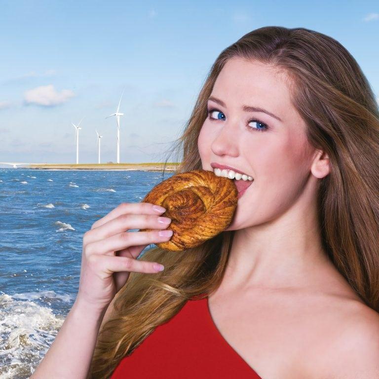 portret van een meisje die een bolus eet